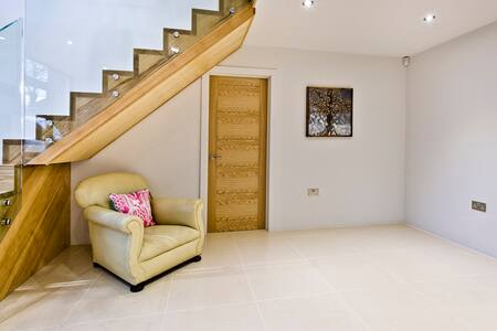 Modern twin room private patio  Woodham nr Woking - Addlestone - Casa
