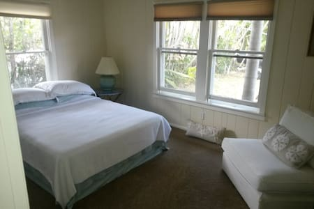 Large bedroom walk to Siesta Beach! - Casa