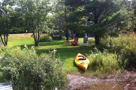 Maison en nature près de l'eau! - Huis