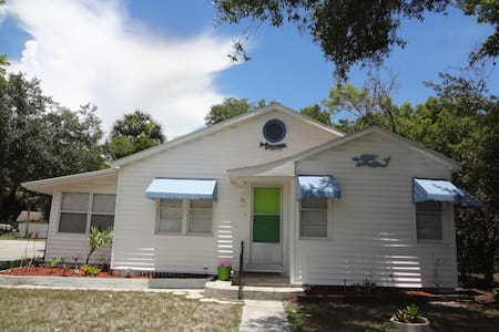 Key West Style Bungalow-Allows Pets - Bungaló