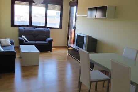 Amplio piso exterior, 3 habitaciones y piscina - Apartment