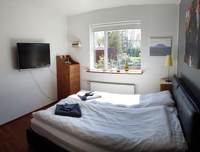 Double room,shared private house, in Kópavogur. - Ház