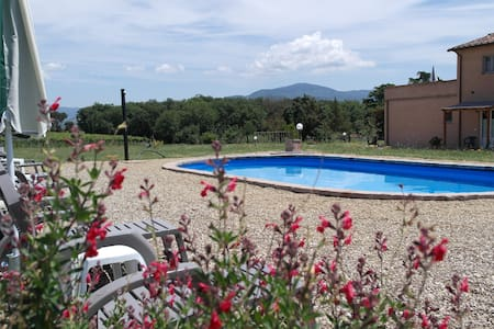 Set in its spacious garden B&B Podere le Spighe (open 2014) is located in the countryside of Castiglion Fiorentino. It offers an outdoor swimming pool, air-conditioned rooms, and a buffet-style breakfast provided daily. Cortona is 15 min. by car.