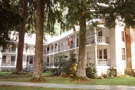 York House Inn, Entire 11 room Inn - Bed & Breakfast