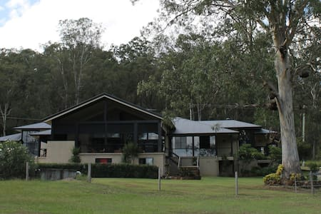 The Gremlin Bell, Large Family Room - Tamborine - Bed & Breakfast