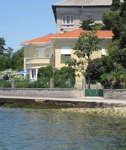 The apartment has a beautiful sea view, parking, and in 10-15 min you are in the center. There is free wi fi, cable TV, 2 air conditions, 2 bathrooms, garden with chairs, it is actually an Italian villa. On the small beach by the house you can swim.