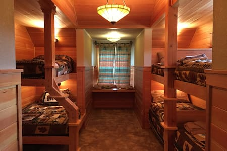 Bunk Room at Cascade Mountain Lodge - Huis