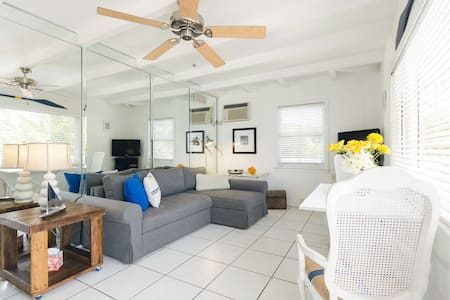 """Gulfside Suite 9  ~ """"Boat House"""" - St Pete Beach - Apartment"""