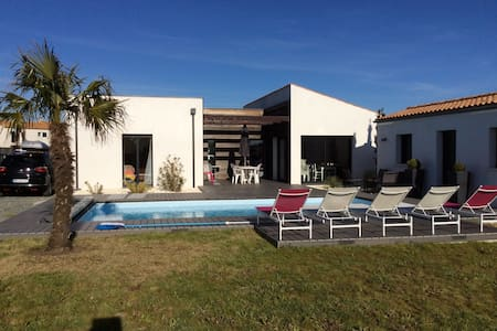 Family House with heated swimming pool near beach - Dom