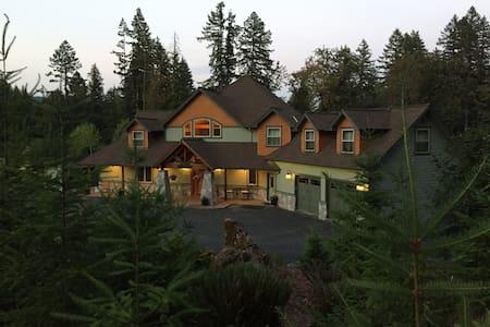 Queen Master Cascade Mountain Lodge - Lyons
