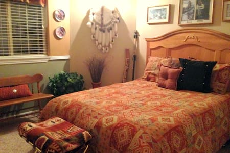 Enjoy The Winchester House's Bev Doolittle BedRoom - Aamiaismajoitus