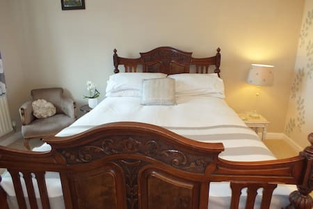 Spacious room, feature double bed - Casa