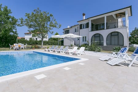 Comfortable apartment Meri with Pool - Sveti Bartul - Leilighet