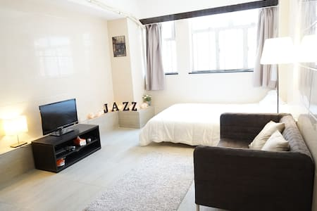 This cozy apartment is newly renovated in June 2015, around 280sqt, located in Tsim Sha Tsui in a good location & can catch TST MTR station or airport bus station in 1 min,the building has elevator.Best for one couple or one family.