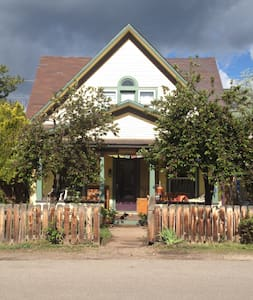 Cozy Victorian walk to town, stores - Carbondale