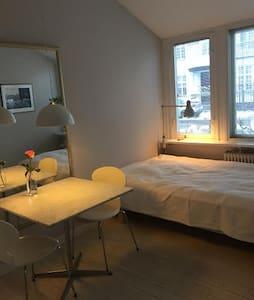 Lyst værelse med eget bad. - Casa