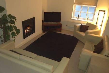 A quiet & superbly located city centre apartment - Apartment