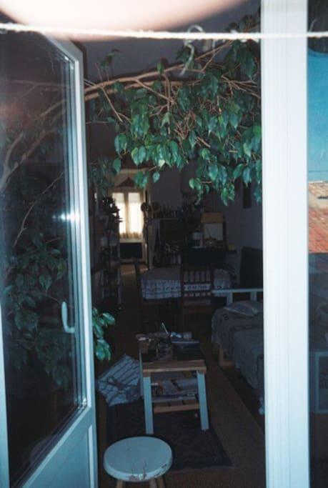 Vue du coin salle à manger prise du balcon