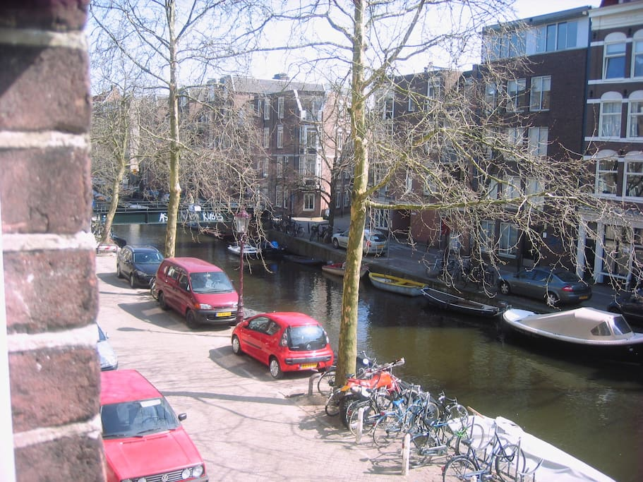 Wide view from the window over the Lijnbaansgracht canal.