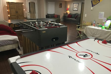 Huge GAMEROOM in Adorably-Cozy & Private Basement - Piano intero