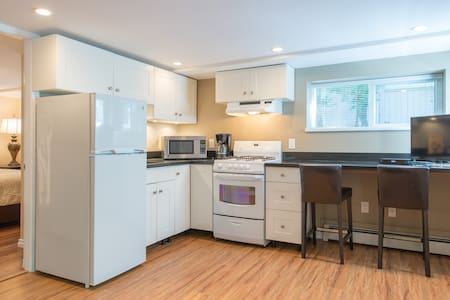 Sunny Suite walk to Seabus/Lonsdale Quay/Pinnacle - North Vancouver - Apartment