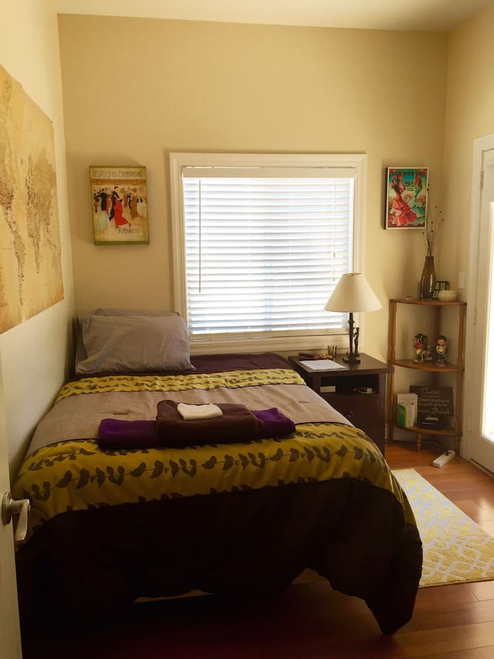 Extremely clean room with double-size bed