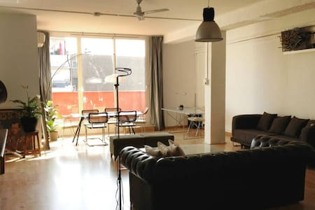 THIS IS A BEAUTIFUL LOFT LOCATED 5 MINUTS WALKING TO THE BEACH. REALLY QUIET AREA BUT CLOSER TO BORNE & VILA OLIMPICA, WERE YOU CAN FIND NIGHT LIFE AND RESTAURANTS. PERFECT TO RENT BIKES AND DISCOVER THE CITY¡ PERFECT FOR 4 FRIENDS OR 2 COUPLES¡