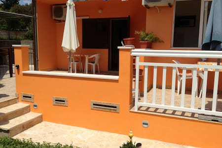 Studio apartment near the beach - Stari Grad - Apartment