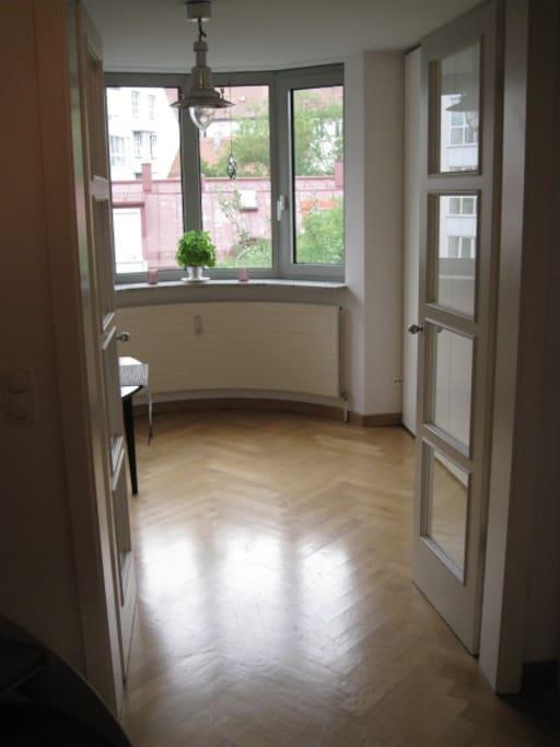 Blick in die Küche mit schönen verglasten Flügeltüren