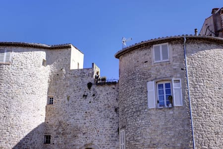HEART OF THE HISTORICAL ANTIBES /2P - Antibes - Reihenhaus
