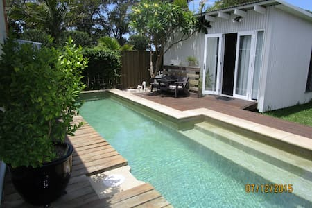 Small cabin in Islington with lap pool. - Stuga