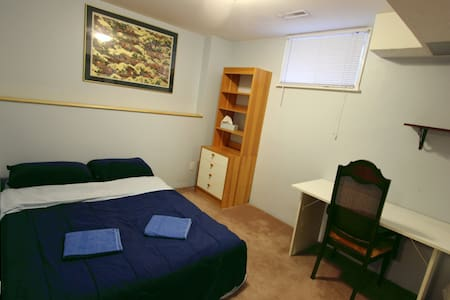 Clean/Quiet room w/shared bathroom