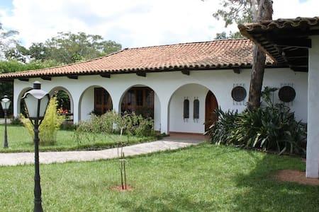 Refúgio em Santa Rita do Passa Quatro - Chácara - Haus