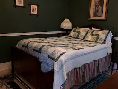 Rosemont Inn: Solitude - Utica - Bed & Breakfast