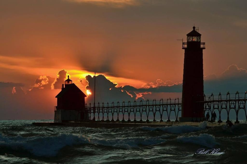 Only 5 minutes (2.5 miles) from Grand Haven's beautiful beach, pier and main attractions.
