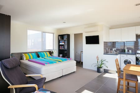 MODERN PRIVATE STUDIO-Wetland Views - Point Cook - Apartment