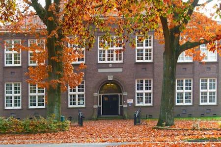 Slapen in een voormalige school uit 1917 - Emmen - Bed & Breakfast