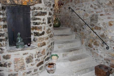Habitación grande,  cama  de 2x2, casa año 1734, - Copons - Casa