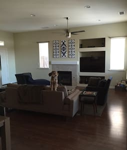 2BR with Cali King Bed in Quiet Gated Neighborhood - Fresno - House