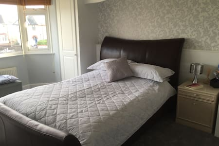 Families welcome 2 rooms + hot tub - Bournemouth - Bed & Breakfast