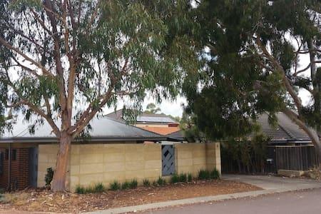 Stylish modern home near Perth City - Maison