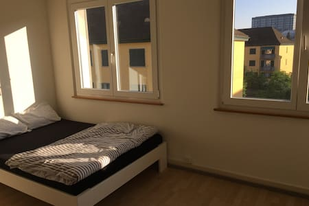 Spacious room, good location - Zurigo