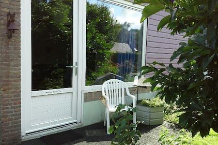 Kamer met eenpersoonsbed, eigen ingang en terras - Wohnung