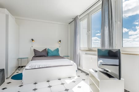 Modern studio with Wi-Fi and city views - Leilighet