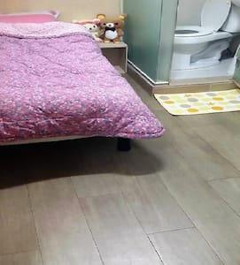 Private Room near Sichon& Hongdae! - Seodaemun-gu - Bed & Breakfast