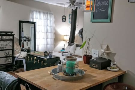 Charming Studio, walk to d.t. Royal Oak & Ferndale - House