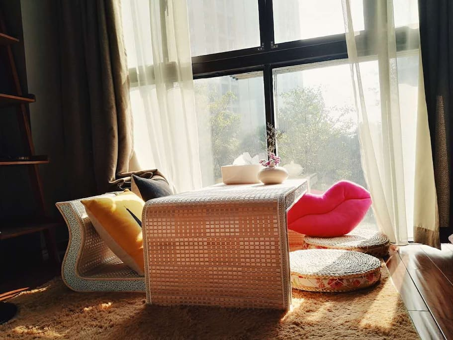 上午的阳光非常适合躺着看书