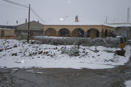 casa  en  pueblo  de la  calahorra - Casa