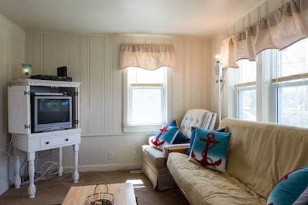 Sweet Cottage in Heart of Hyannis - Hus