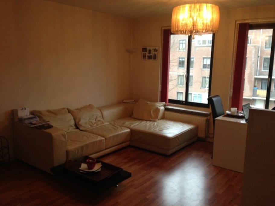 Big sofa + goede staande lamp en salontafel.
